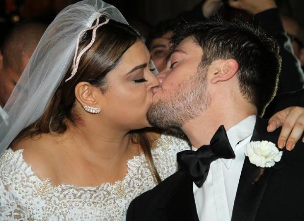 Preta beija o noivo Foto AgNews
