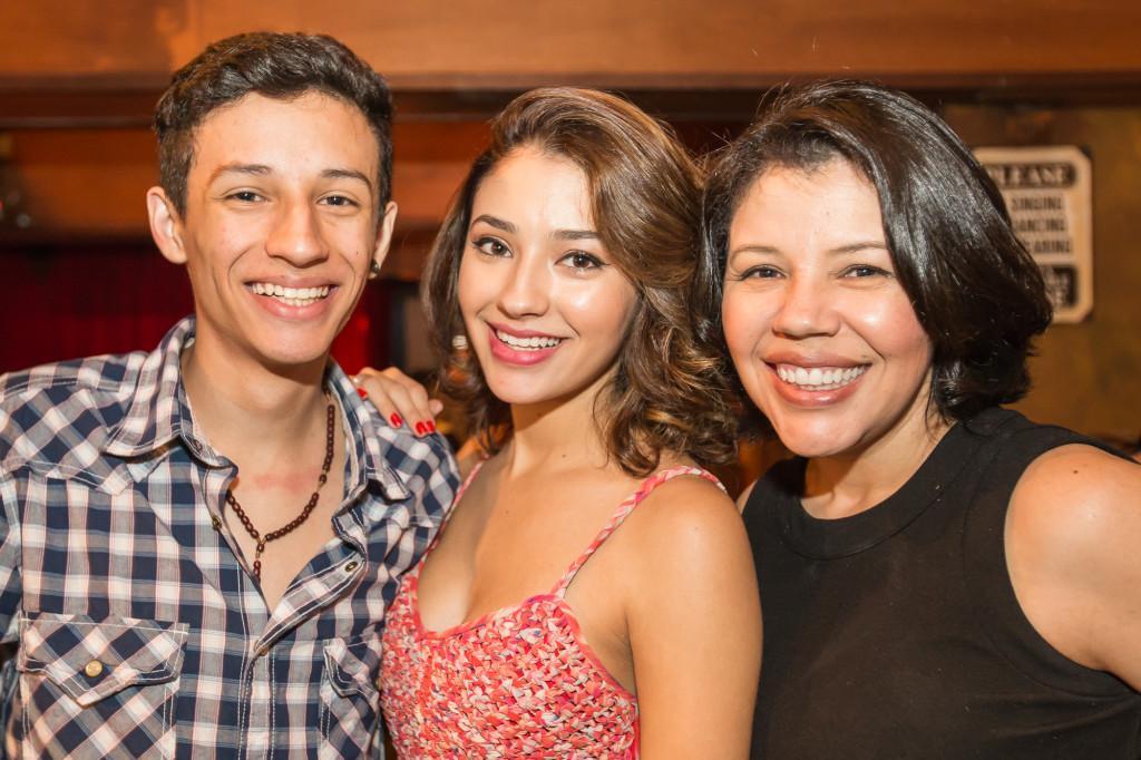 com o irmão Leonardo e a mãe Rosi