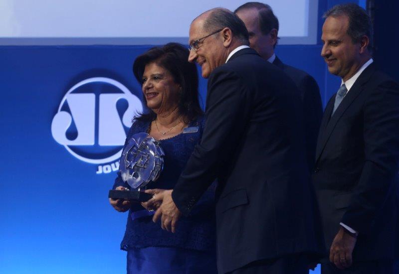 O governador entregou o prêmio especial à empresária Luiza Helena Trajano, por seu empreendedorismo e liderança feminina