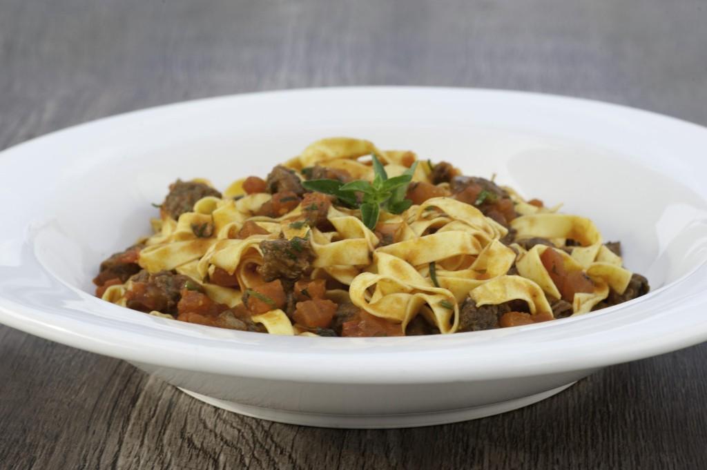 Fettuccine do Chef, com tiras de mignon, molho de tomates e queijo parmesão