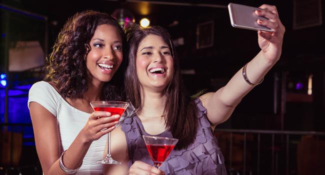 amigas-selfie-drinks