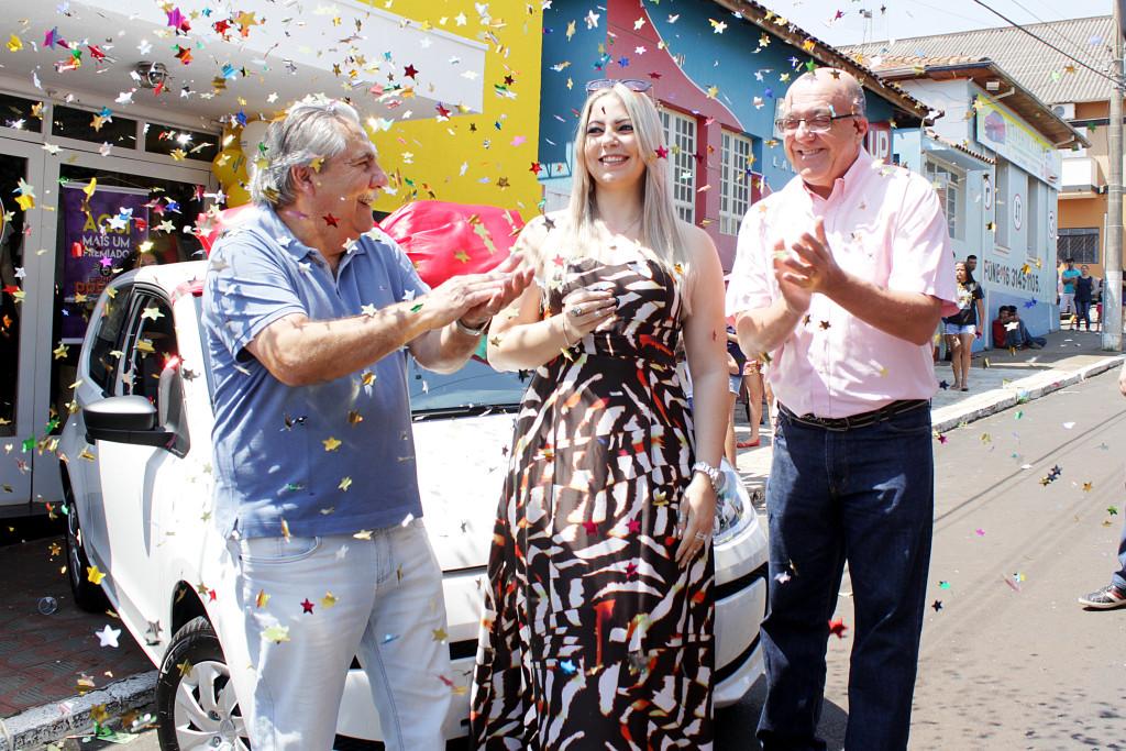 """10-09-2016 - PATROCÍNIO PAULISTA, SP - REVISTA ACIF - ENTREGA DE PRÊMIOS DA CAMPANHA DO DIA DOS PAIS. A ACIF (Associação do Comércio e Indústria de Franca) entregou neste sábado, na loja Sensação (Rua Coronel Antônio Jacintho, 1444 – Centro), em Patrocínio Paulista, os prêmios da campanha promocional """"Grande Prêmio ACIF"""", referente ao Dia dos Pais. A esteticista e maquiadora Karla Josiane de Souza Campos, de 30 anos, que comprou um sapato no valor de R$ 220 para presentear o pai, ganhou o carro Volkswagen UP!. A loja Sensação, que vende roupas, calçados e acessórios, faturou uma moto Honda CG 125 e a vendedora Viviane Consuelo da Silva, 37, levou um vale-compras de R$ 2,5 mil. A empresária Suênia Ribeiro Lopes Menegoti está preparando uma grande festa para a entrega dos prêmios. O Dia dos Pais contou com a participação de 600 empresas associadas de diversos segmentos e de várias regiões da cidade. Neste sorteio concorreram ao prêmio 160 mil cupons de consumidores que compraram no comércio de Franca de 20 de junho a 15 de agosto. Foto: Wilker Maia/Comércio da Franca"""