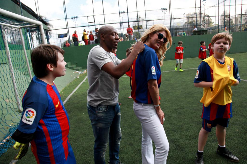 jogador-amaral-assina-camisa-de-val-marchiori-com-os-filhos-victor-e-eike