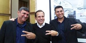 Carlos e Carlos Jr, da Kallucci, com Dória