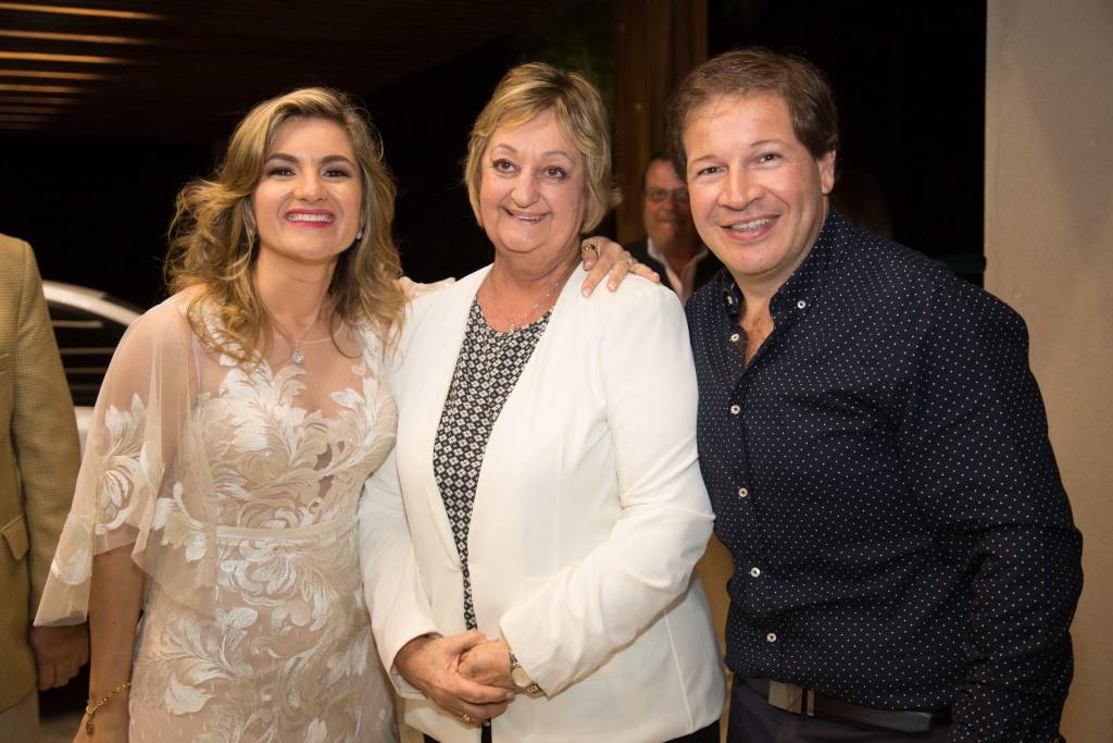 Los propietarios Patricia Fernandes y Marcelo Pires con la Ministra de Turismo de Uruguay Liliam Kechichian