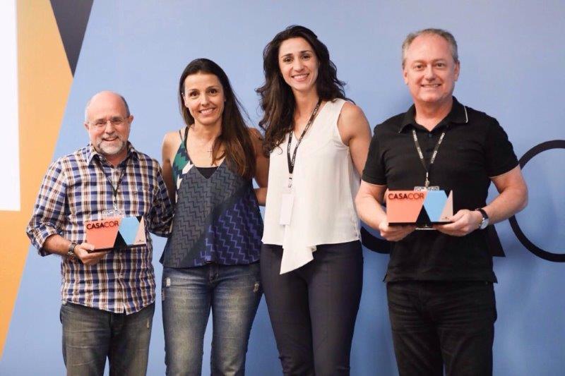 Os empresários Maurício Siqueira e Maurício Calixto, diretores da CASACOR FRANCA, recebem os troféus de __Melhor Capa do Anuário__ de Cris Bava, g