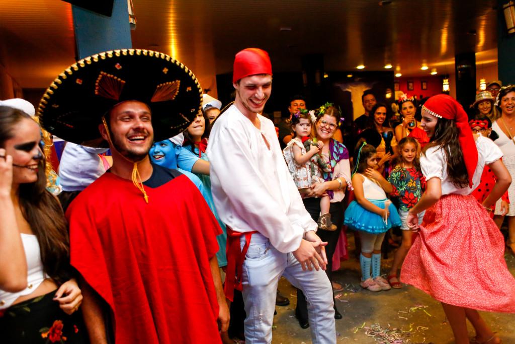 Franca, SP 25.02.2017 CARNAVAL - Baile à Fantasia Cangoma - O Baile à Fantasia do Bloco Cangoma agitou o sábado de Carnaval em Franca. A noite, repleta de marchinhas, maracatu, samba e muitas fantasias criativas, animou o público, de crianças a idosos, que prestigiou o evento.  Ao som de Balancê, Mulata Bossa Nova, Pra você gostar de mim e outras músicas, ninguém ficou parado na Choperia Copacabana. Foto: Marcos Limonti