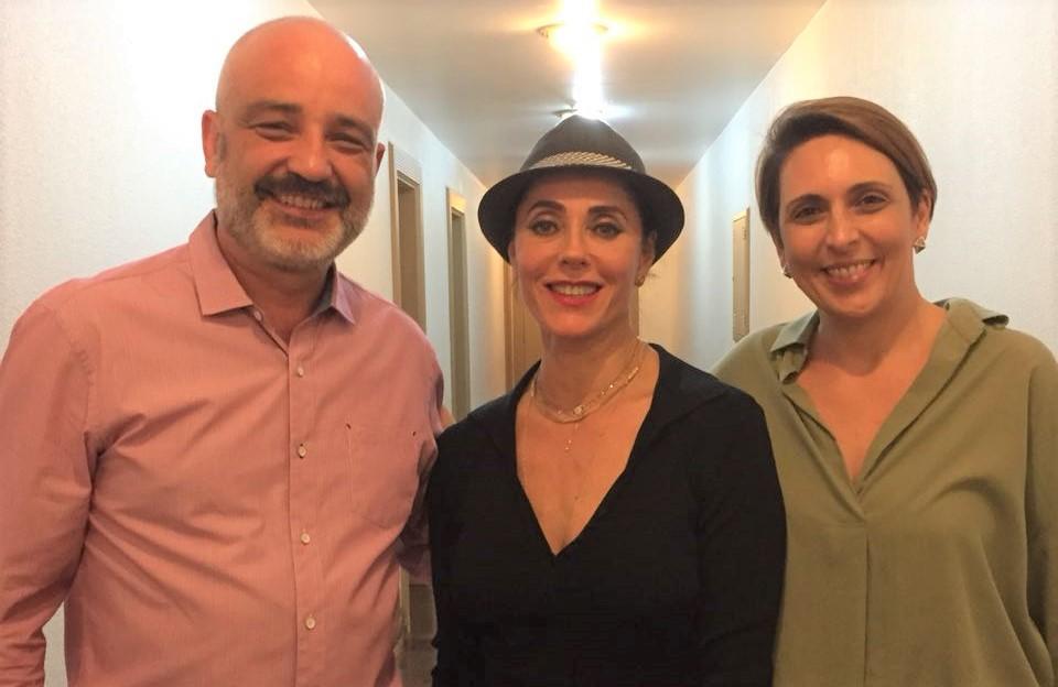 Marcelo Bekcivanyi, gerente de vendas da Stecar Comercial, e sua esposa, Marcia Bekcivanyi, com a atriz Christiane Torloni, após espetáculo no Theat